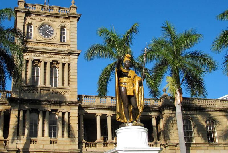 Stop at the King Kamehameha statue
